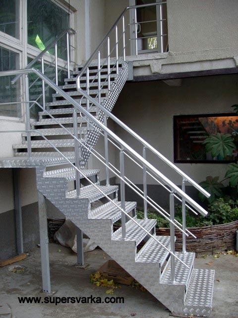 Лестница красивая широкая мраморные ступеньки.